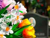 Le symbole des fleurs et des vases pour le défunt