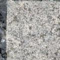 granit norvégien labrador bleu azur, finition bouchardée pour monument cinéraire